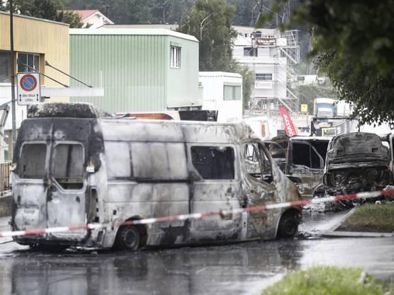 Der Tatort in Mont-sur-Lausanne. Mehrere Fahrzeuge brannten vollständig aus. Wie viel Geld gestohlen wurde, ist noch unklar. Von Tätern fehlt jede Spur.