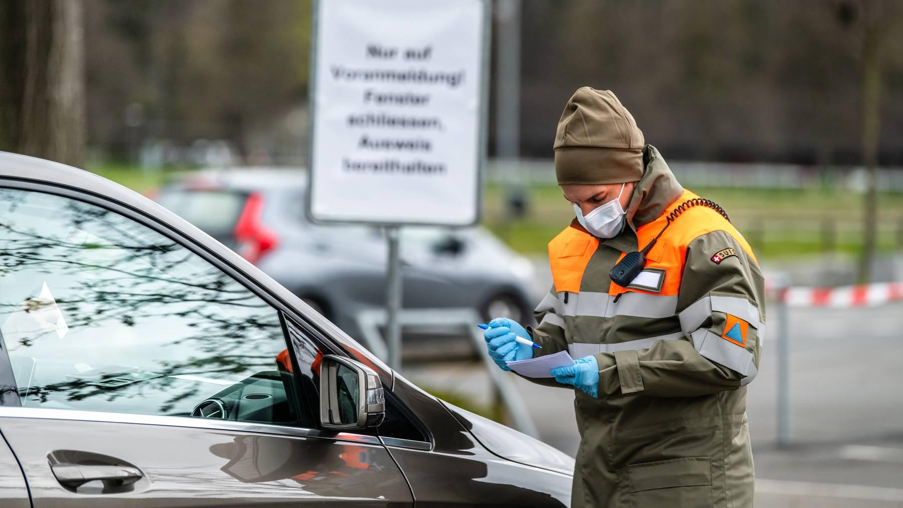 Zivilschützer der ZSO Pilatus betreiben das Drive-In-Testzentrum bei der Messe Luzern.