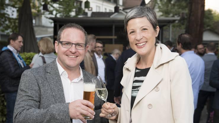 Neugewählt: Beim Zuprosten auf gemeinsame Stadtratsarbeit: Philippe Ramseier (FDP) und Sandra Kohler (parteilos).