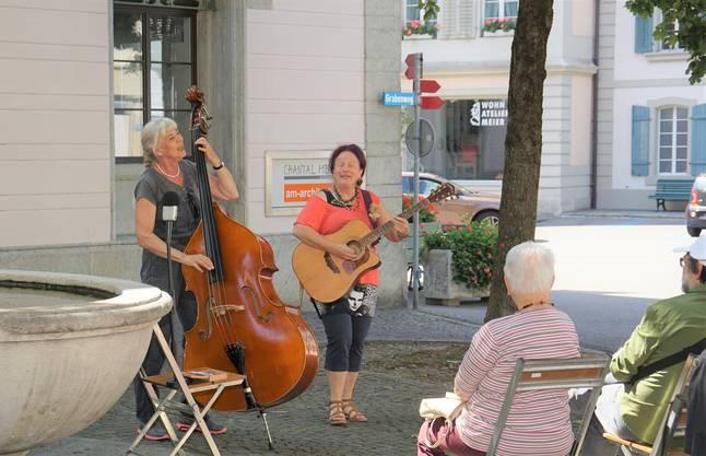 """Das Duo """"Chantjsa"""" mit Jacqueline Steiner, Birrwil, Gitarre und Gesang, sowie Sabine Dübendorfer, Zürich, Bass, rissen die Zuhörenden mit gecoverten Songs mit. """"Es ist klein hier und nicht so laut"""", erklärte Jacqueline Steiner. """"Deshalb haben wir es gewagt, ohne Verstärker aufzutreten."""""""