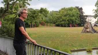 Gemeinderat Joachim Hausammann blickt auf den «Holdi»-Park und dessen grösstenteils veraltete Infrastruktur.