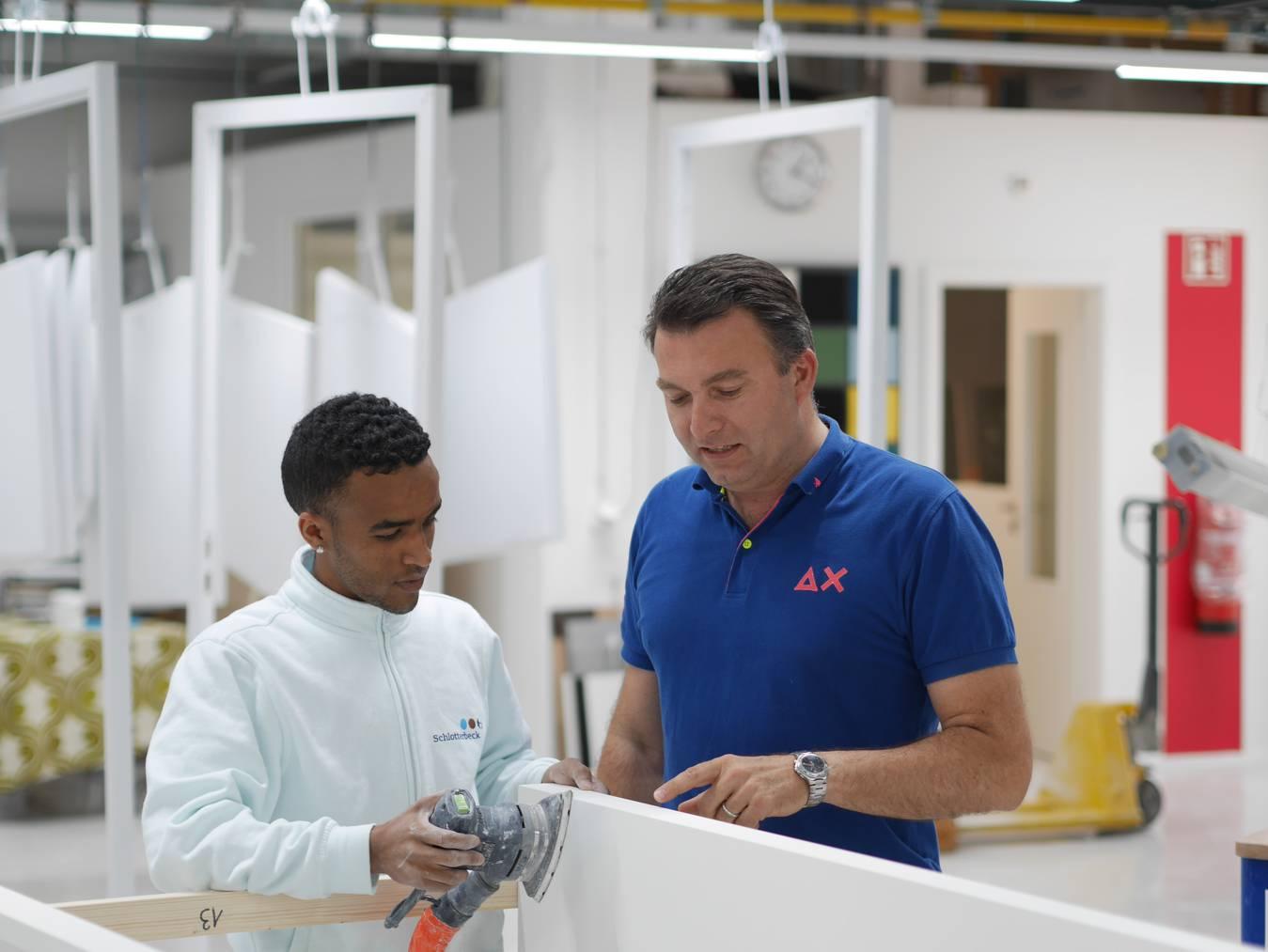 Abel Dejen hat beim Maler Schlotterbeck eine Praktikumsstelle erhalten. Geschäftsführer Hans-Peter Schaffner ist sehr zufrieden mit ihm.