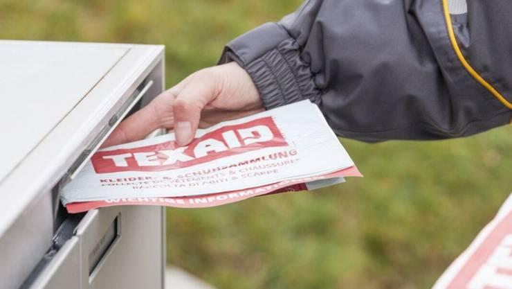 Die Briefträger der Schweizerischen Post betätigen sich neu auch als Kleidersammler für Texaid.