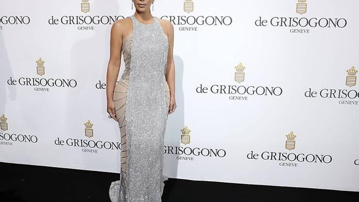 Noch cachiert ein raffiniert geschnittenes Kleid Kim Kardashians breite Hüfte. Bald soll das nicht mehr nötig sein, denn das Reality-Sternchen will ihr Markenzeichen redimensionieren - mit welcher Methode auch immer. (Archivbild 18.5.)