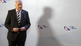Horst Seehofer (CSU), Bundesinnenminister, beantwortet während eines Doorsteps zu Beginn der Videokonferenz der EU-Innenminister Fragen von Journalisten. Das Treffen wird wegen der Coronavirus-Pandemie als Videokonferenz veranstaltet. Foto: Wolfgang Kumm/dpa