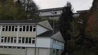Die Swisscom will auf dem Schulhaus Hübeli (hinten über der Turnhalle) eine Handy-Antenne bauen.Bild: uhg
