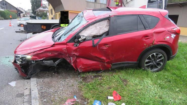 Aus noch ungeklärten Gründen geriet der Mazda im Innerortsbereich nach links, worauf es zu einer Kollision mit einem entgegenkommenden Hyundai kam.