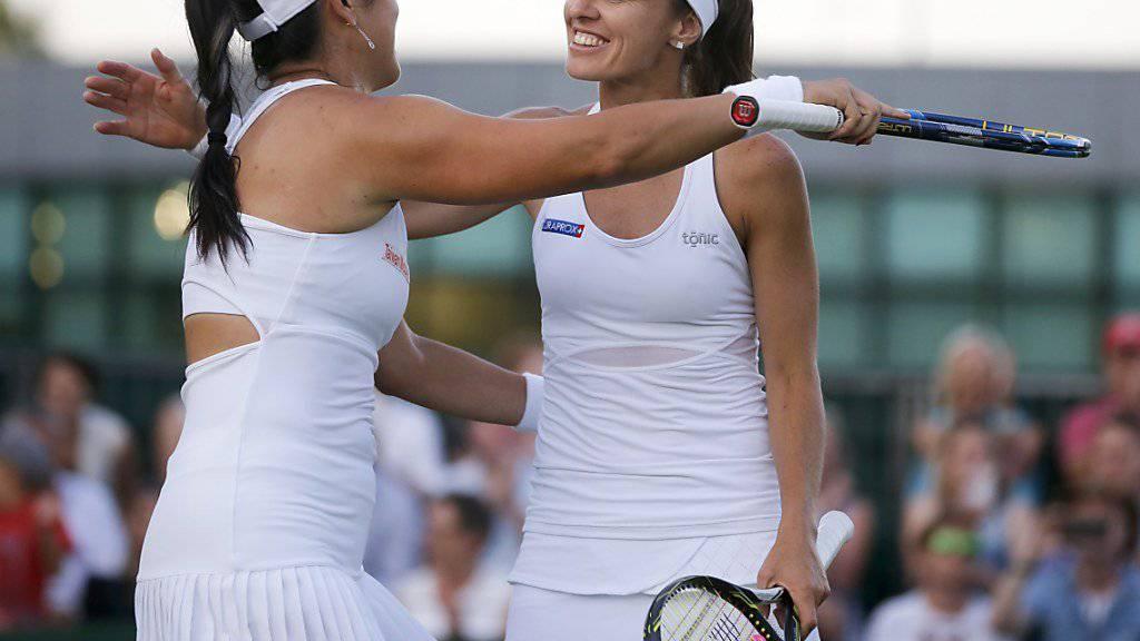 Martina Hingis (rechts) startete 20 Jahre nach ihrem Einzel-Triumph in Wimbledon mit einem Sieg in die Doppel-Konkurrenz