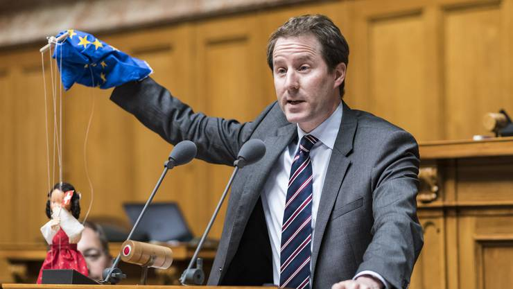 Fraktionschef Thomas Aeschi kündigt gegenüber der «Schweiz am Wochenende» an, seine Partei fordere vom Bundesrat eine Liste mit 40 bis 50 Gegenmassnahmen für den Fall, dass die EU die Schweiz mit Strafmassnahmen belegt.