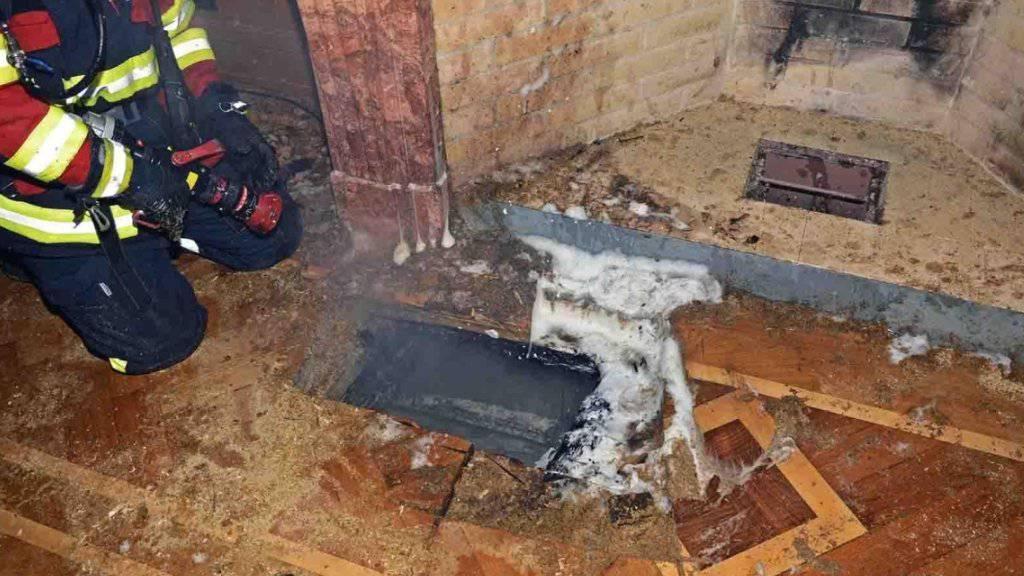Bei einem Einsatz in der Schaffhauser Altstadt musste die Feuerwehr Glutnester in der Zwischendecke eines Hotels bekämpfen.