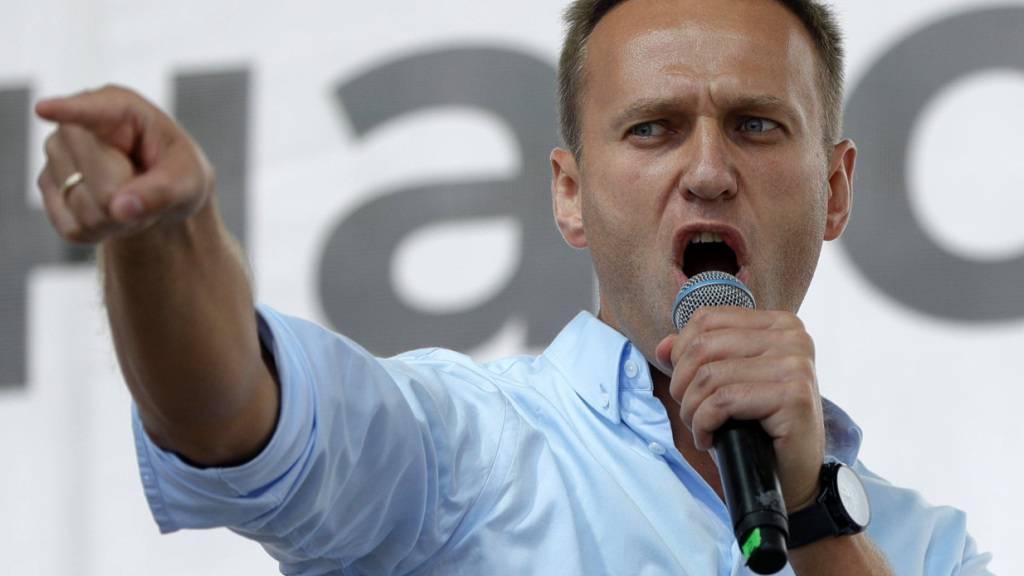 ARCHIV - Alexej Nawalny, Oppositionsführer aus Russland, spricht bei einer Protestaktion. (Zu dpa «Recherchen: Acht Agenten sollen hinter Anschlag auf Nawalny stecke») Foto: Pavel Golovkin/AP/dpa