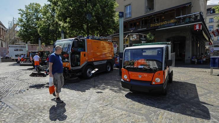 Auf dem Barfüsserplatz zeigt die Stadtreinigung ihre Fahrzeuge und Utensilien.