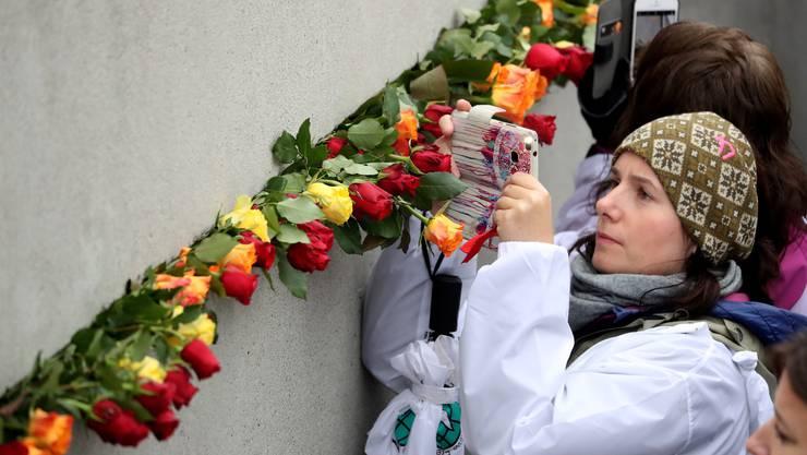 In Berlin gedenken Menschen dem Mauerfall vor 30 Jahren - und den Opfern des DDR-Regimes.