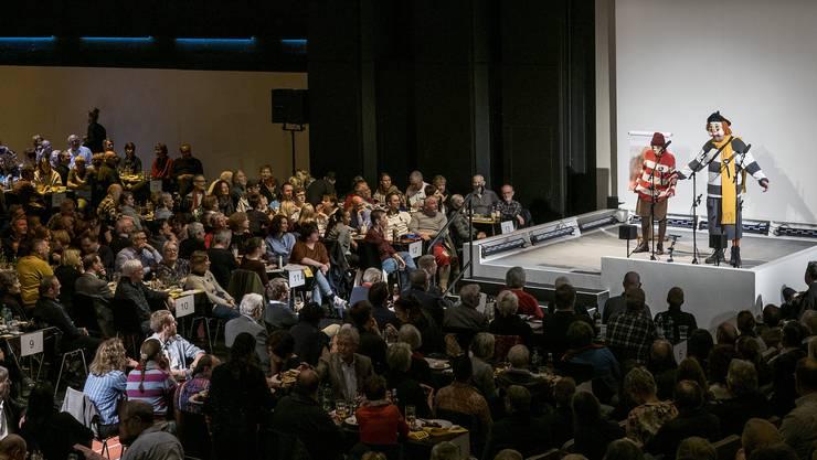 Dr Spitzbueb singt im vollen Theater Basel.