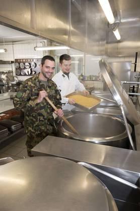 Adjutant Unteroffizier Sascha Heimann (links) in der Truppenküche in Thun.