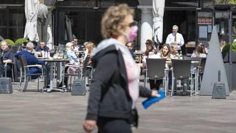 Einheimische und Touristen geniessen das schöne Wetter in Lugano.