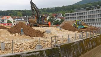 Während im Hintergrund die Bauarbeiten laufen, warten im Vordergrund des ehemaligen Färbi-Areals sogar neue Bohrlöcher auf eine Fortführung der Sanierung.