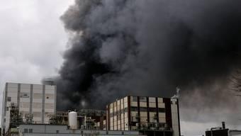 Dunkle Rauchschwaden über dem Industriegebiet