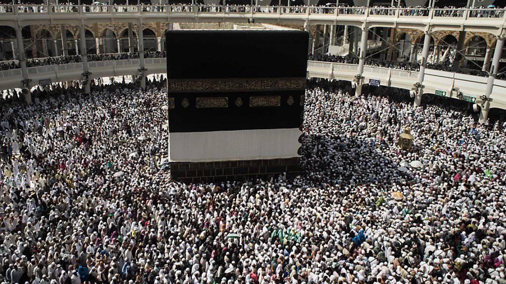 Kommende Woche beginnt die wichtigste Pilgerfahrt der Muslime, zu der auch das siebenmalige Umrunden der Kaaba gehört (Archiv)