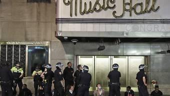 Polizisten verhaften eine Gruppe von Demonstranten an der Radio City Music Hall in New York. Foto: Seth Wenig/AP/dpa