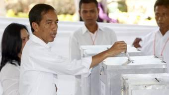 Präsidentschaftskandidat Joko Widodo bei der Stimmabgabe