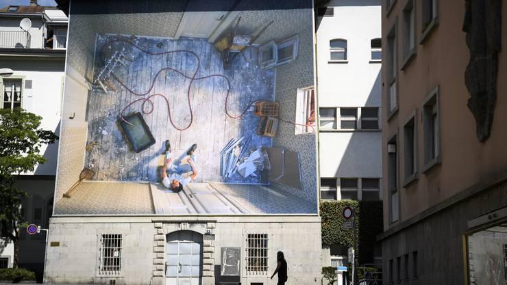 Eine der 28 Kunstwerke, die man in Vevey im Freien besichtigen kann: Teresa Hubbard und Alexander Birchlers in Anlehnung an Kafkas «Verwandlung »entstandene Fotografie «Gregor's room III» prangt auf der Fassade des ehemaligen Gefängnisses. Ob da nicht mancher auch an den Lockdown zurückdenkt?