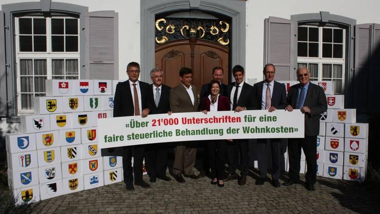 Das Initiativkomitee bei der Einreichung seines Volksbegehrens vor dem Regierungsgebäude.