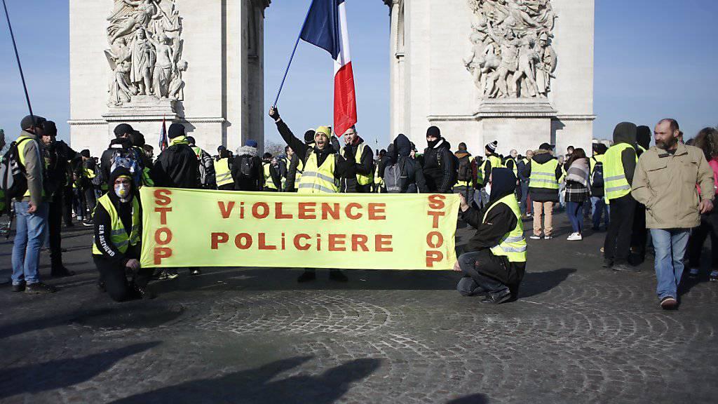 In Paris und anderen Städten Frankreichs sind am Samstag erneut tausende Menschen gegen die Regierung auf die Strasse gegangen.