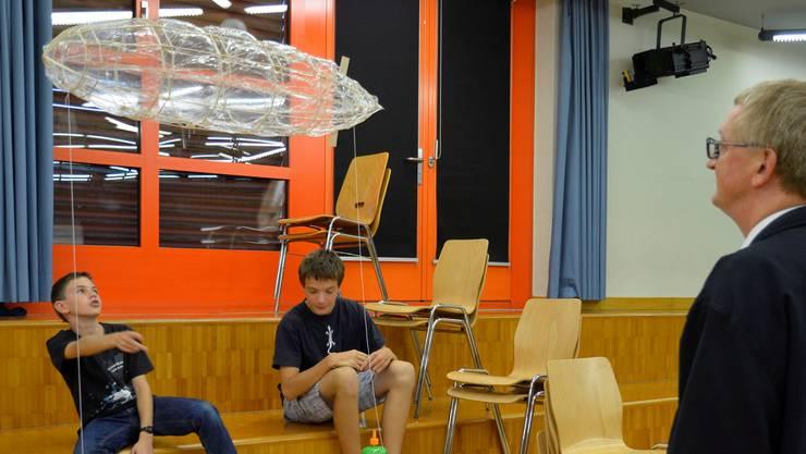 Silvan Bucher (links) und Noé Hoekstra mit ihrem Zeppelin, interessiert beobachtet von Klassenlehrer Peter Hochuli.