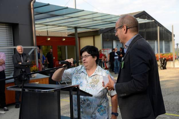 Bewohnerin Trudi Kaufmann ergreift das Mikrofon