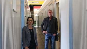 Pia Maria Brugger und Stephan Müller vom kantonalen Sozialdienst vor der Eröffnung der Station.