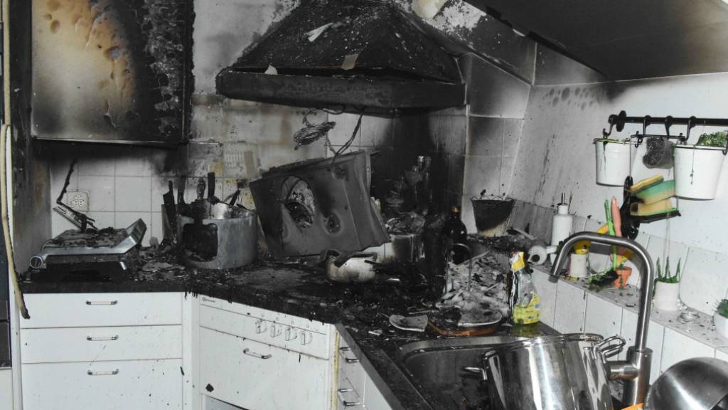 Bei einem Küchenbrand in Uzwil SG haben sich zwei Menschen leichte Verletzungen zugezogen.