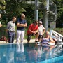 Sie haben den Pool-Lift offiziell eingeweiht (von links): Bruno Rabe, Leiter Amt für Umwelt und Gesundheit, Michael Weber, Leiter Sicherheits- und Gesundheitsabteilung, Stadtrat Heinz Illi (EVP), Ender Vardar, Arthur und Liliane Huber-Müller und Florian Gretler.