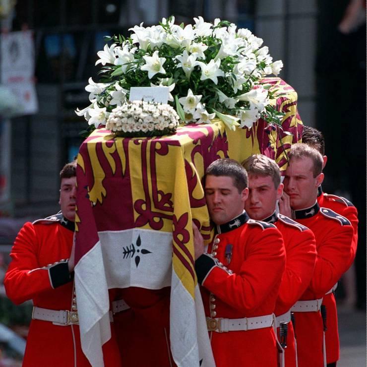 Und auch ihr Tod wurde von vielen Menschen betrauert. An ihrer Beerdigung spiel und sang Sir Elten John den Song «Canlde in the Wind» in einer umgetexteten Version («Goodbye England's Rose», welche er seiner Freundin Diana widmete. Der Song entwickelte sich zum weltweit meistverkauften Millionenseller.