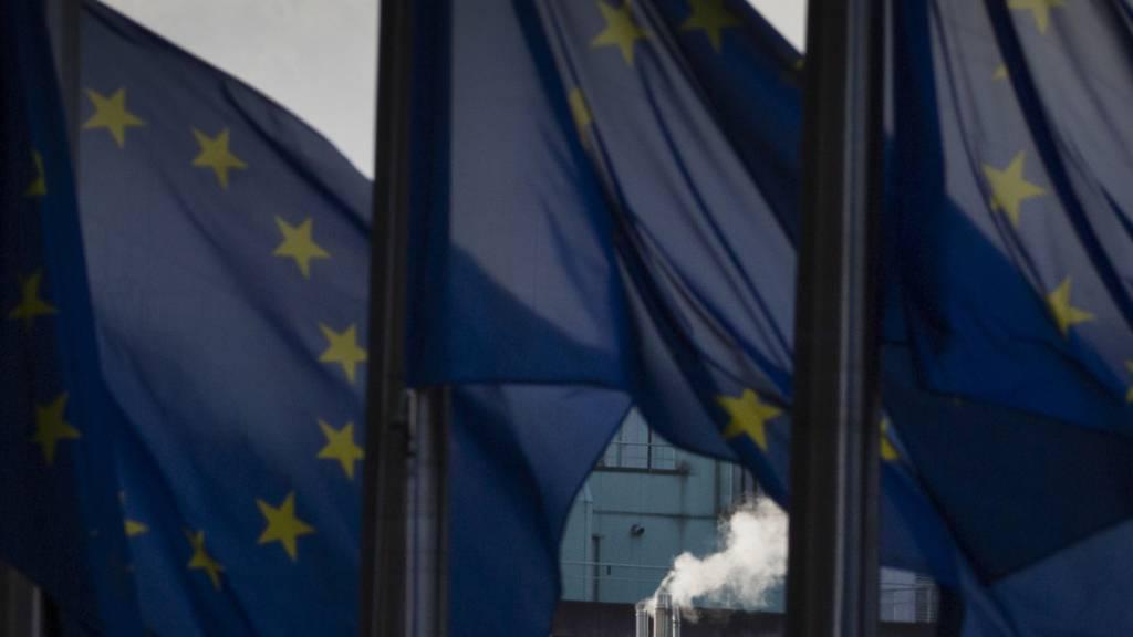 dpatopbilder - Rauch steigt am Hauptsitz der EU aus einem Schornstein auf. Foto: Virginia Mayo/AP/dpa
