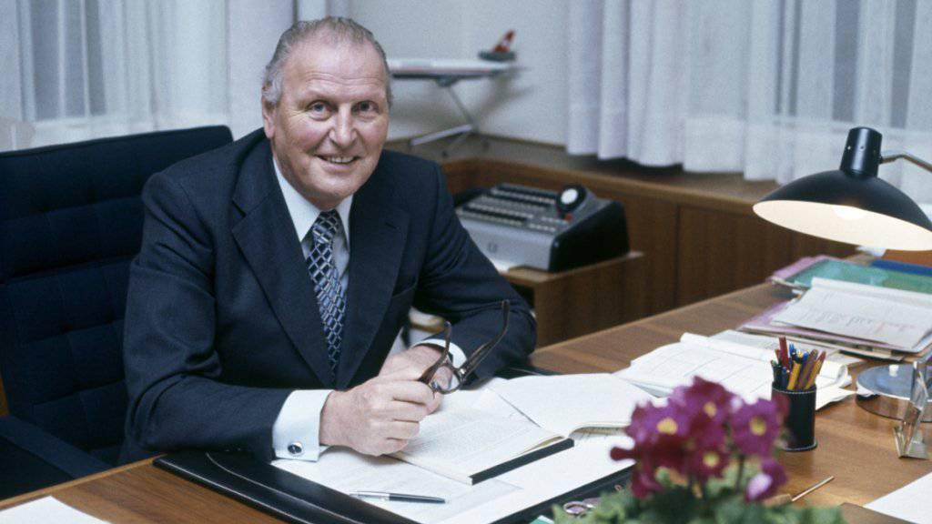 """Der frühere Bundesrat Willi Ritschard in seinem Büro in Bern. Der erste """"Büezer"""" im Bundesrat würde am morgigen Freitag 100 Jahre alt. (Archivbild von 1977)"""