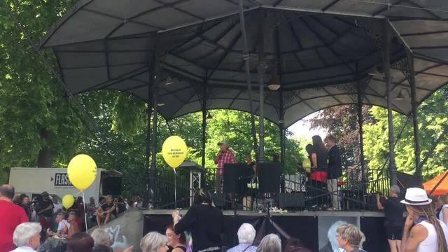 """Pfarrer Siebers ehemalige Band spielte den """"Pfuusbusblues"""" auf dem Platzspitz."""