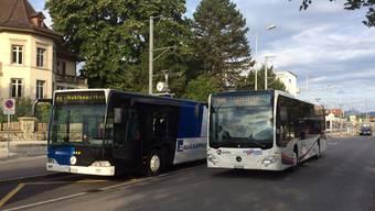 Der älteste Bus des Regionalbus Lenzburg ist der az-Wahlkampfbus (links). Er begegnet am Bahnhof Lenzburg seinem nigelnagelneuen Nachfolger.