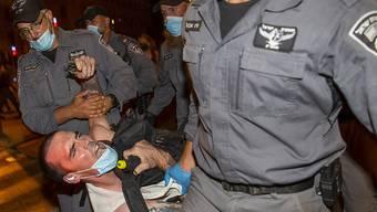 Bei einer Demonstration gegen den israelischen Regierungschef Benjamin Netanjahu in Jerusalem sind 55 Menschen festgenommen worden.