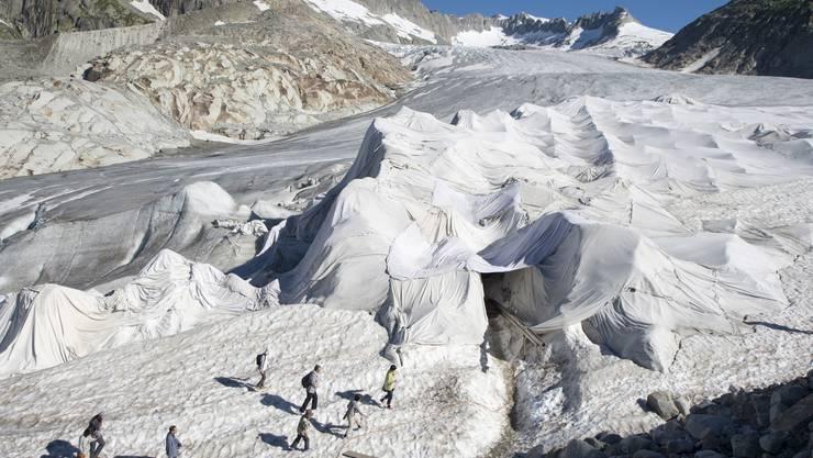 Den Touristen gefällt es mässig, dem Gletscher dafür sehr wohl – auch wenn es nur «Pflästerlipolitik» ist: Der mit Vlies-Tüchern abgedeckte Rhônegletscher.