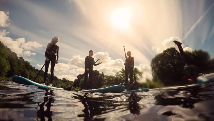 Seit diesem Monat kann man bei Outdoor Solothurn Stand-up-Paddles mieten und auf diesen von Solothurn bis nach Luterbach paddeln.