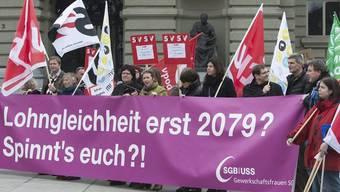 Am internationalen Frauentag protestieren Frauen und Männer für Lohngleichheit vor dem Bundeshaus in Bern