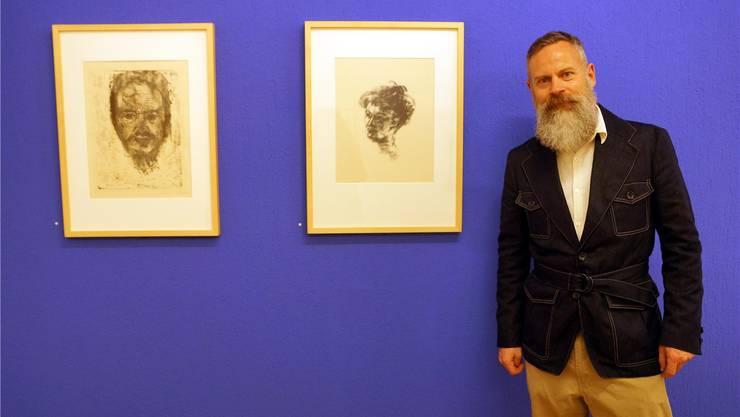 Rudolf Velhagen mit Exponaten von Max Pechstein und Emil Nolde.