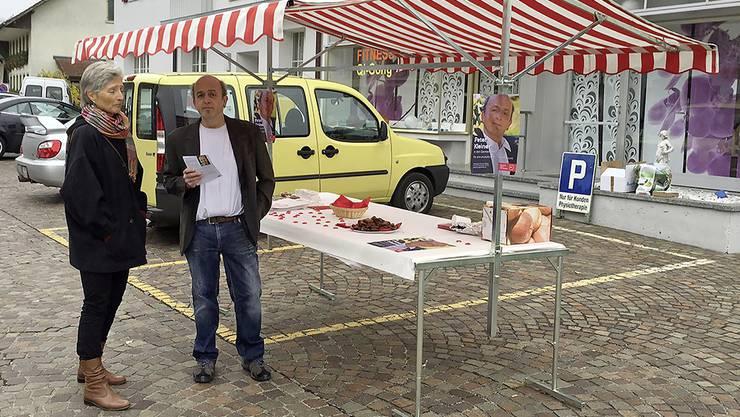 SP-Gemeinderatskandiat Peter Kleiner «bi de Lüüt» vor dem Coop Untersiggenthal.