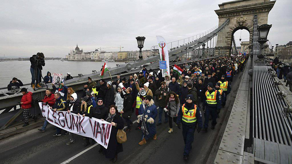 Demonstrierende in Budapest tragen ein Transparent mit der Aufschrift: «Wir haben es satt». Sie protestieren gegen ein neue Überstundengesetz und die Korruption im Umfeld der Orban-Familie.