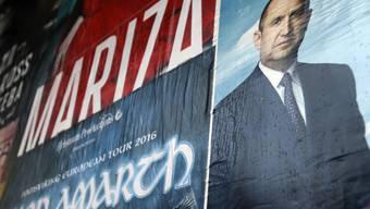 Ein Wahlplakat in Bulgariens Hauptstadt Sofia zeigt den Oppositionellen Rumen Radev. Der russlandfreundliche ehemalige Luftwaffengeneral, der als Parteiloser für die Sozialisten antritt, gilt als Favorit in der Stichwahl um das Präsidentenamt.
