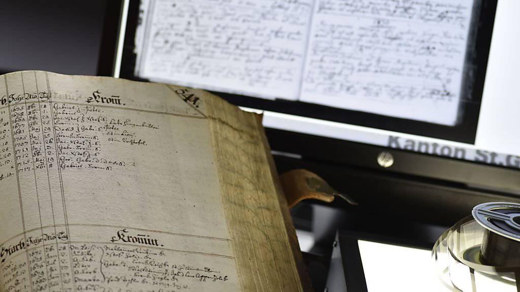Das St. Galler Staatsarchiv stellt neu via Internet alte Kirchenbücher zur Verfügung, die bis ins 16. Jahrhundert zurückgehen und über Taufen, Eheschliessungen und Todesfälle Auskunft geben. Die Kirchenbücher sind für die Familienforschung wichtig.