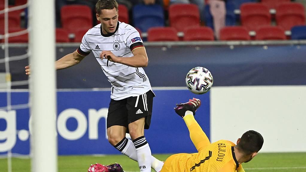 Florian Wirtz lupft den Ball ins Tor und Deutschland damit in den dritten U21-EM-Final in Folge