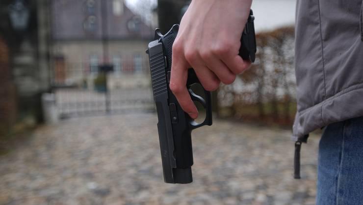 Mit einer Pistole und Drohungen versuchten die Geldeintreiber, den Wirt gefügig zu machen. (Symbolbild)