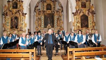 Die Musikgesellschaft Fridau Egerkingen mit ihrem Dirigenten Erich Hess beim Frühlingskonzert in der Kirche St. Martin